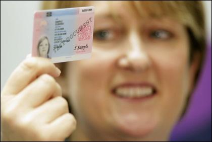 Джаки Смит рекламира диктаторските нови лични карти
