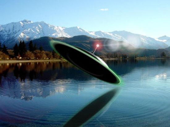НЛО над езеро – компютърна графика.