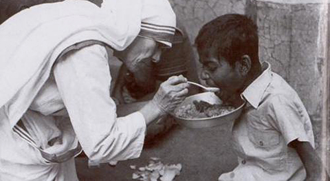 mother-teresa-feeding1