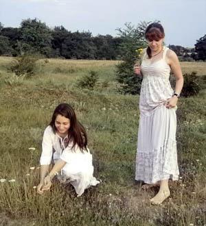 Гергьовден, моми берат цветя